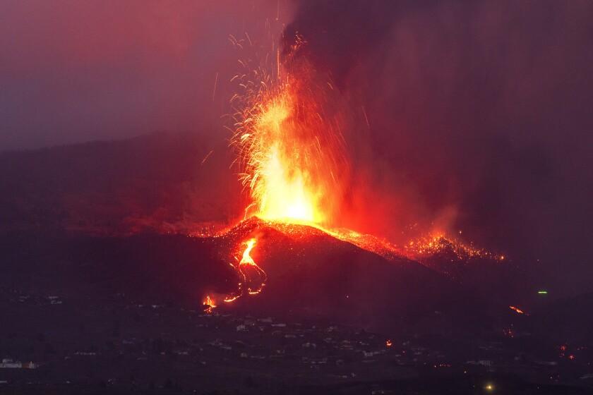 Lava de un volcán en erupción fluye en la isla de La Palma, en Islas Canarias, España, el martes 21