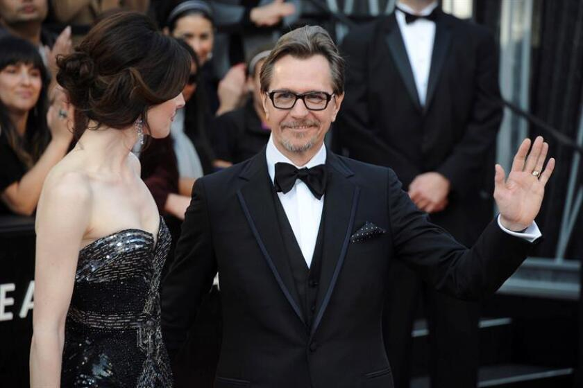 El actor británico Gary Oldman (d) y Alexandra Edenborough (i) posan durante su llegada a la 84 edición de la ceremonia de entrega de los Premios Óscar en Hollywood, California (EE.UU.). EFE/Archivo