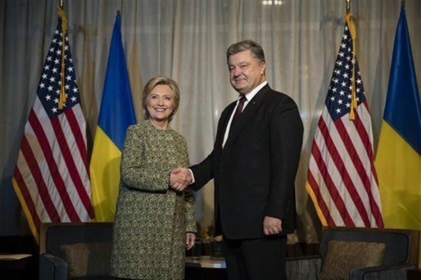 La candidata presidencial demócrata Hillary Clinton estrecha la mano del mandatario ucraniano Petro Poroshenko en Nueva York, el lunes 19 de septiembre de 2016, ayer un importante republicano cubanoamericano dijo que la apoyará con una fuerte suma.