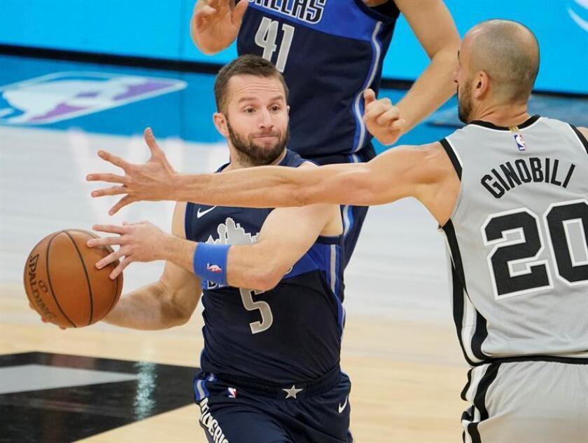 Manu Ginobili (d) de los San Antonio Spurs en acción ante Jose Juan Barea (i) de los Dallas Mavericks durante un partido de baloncesto de la NBA. EFE/Archivo