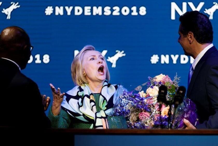 """La exsecretaria de Estado Hillary Clinton agradeció hoy en Nueva York """"el liderazgo, visión y amistad"""" del gobernador Andrew Cuomo, a quien acompañó durante la inauguración de un tramo de un nuevo puente, al norte de la ciudad. EFE/ARCHIVO"""