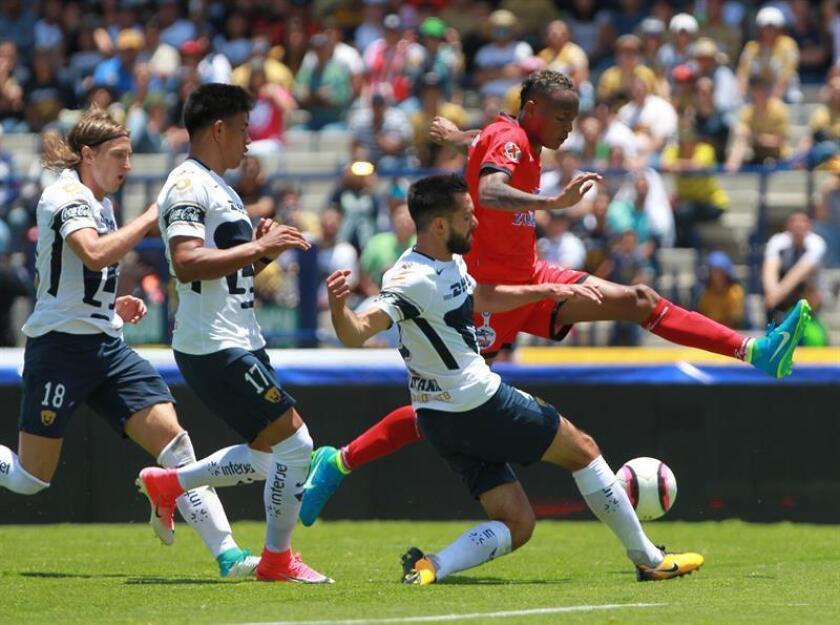 El jugador de Pumas Luis Quintana (i) disputa un balón con el jugador Luis Quiñones (d) de los Lobos Buap. EFE/Archivo