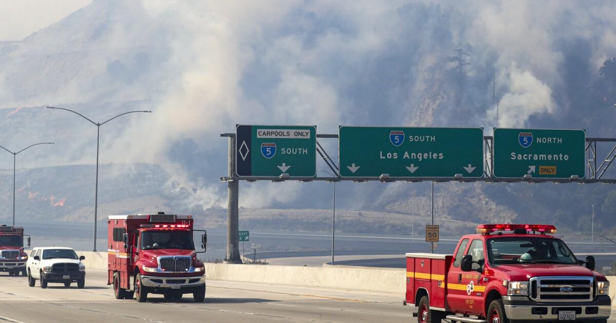 Saddleridge api mengirimkan bebas di L. A. sebagai angin Santa Ana terus