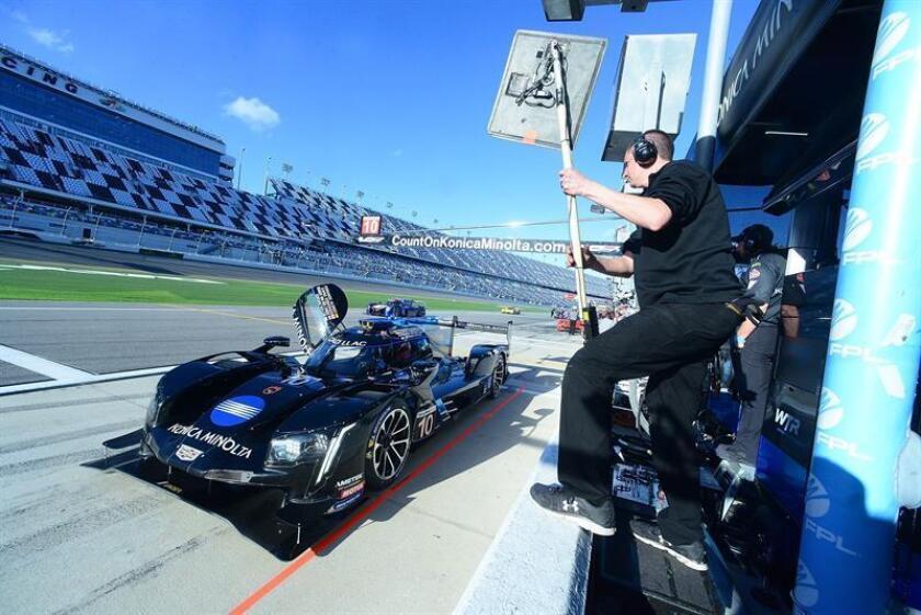 El vehículo #10 del equipo Konica Minolta Cadillac del piloto español Fernando Alonso es visto este jueves durante la sesión de clasificaciones para la competencia de prototipos Rolex 24 Horas, en la ciudad de Daytona Beach, Florida (EE.UU.). EFE