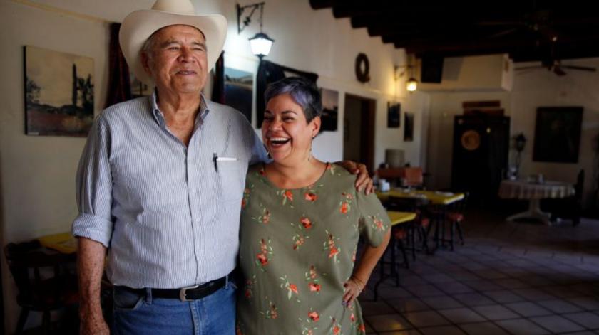 Miguel Cruz Ayala (a la izquierda) y su hija, Olimpia Cruz Puebla, en el Restaurante Viva Sonora. Ayala abrió el lugar de comidas en 1995 (Dania Maxwell / Los Angeles Times).