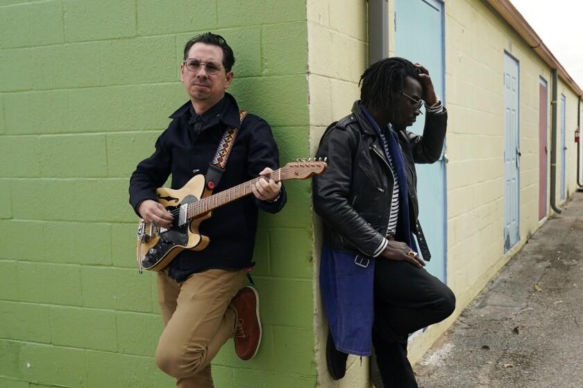Adrian Quesada, a la derecha, y Eric Burton, de Black Pumas, posa en Austin, Texas, el 5 de febrero