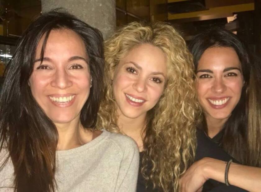 La cantante colombiana Shakira aparece al lado de dos amigas suyas durante la celebración de su cumpleaños número 41.