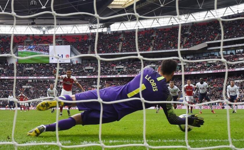 El portero del Tottenham Hugo Lloris (I) detiene un penalti en los últimos minutos al Arsenal en el partido jugado en Wembley stadium en Londres, Reino Unido. EFE/EPA