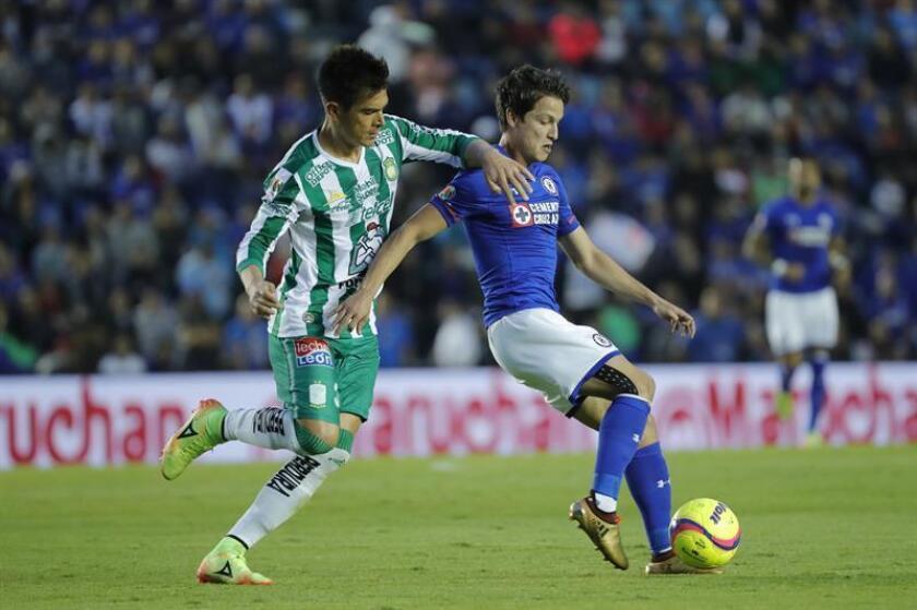 El jugador Carlos Fierro (d) del Cruz Azul disputa el balón con Juan González (i) de León durante el juego correspondiente a la jornada 3 del torneo mexicano de fútbol celebrado en el estadio Azul en Ciudad de México. EFE