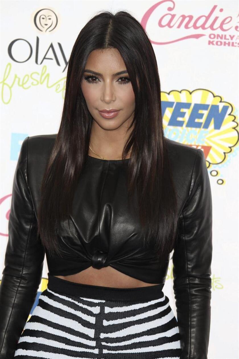 La actriz estadounidense Kim Kardashian posa a su llegada a los Teen Choice Awards en Los Ángeles (Estados Unidos). EFE/Archivo