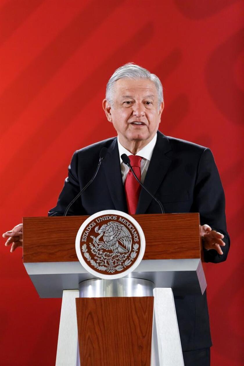 El presidente de México, Andrés Manuel López Obrador, habla hoy, martes durante su rueda de prensa matutina en Palacio Nacional en Ciudad de México (México). EFE