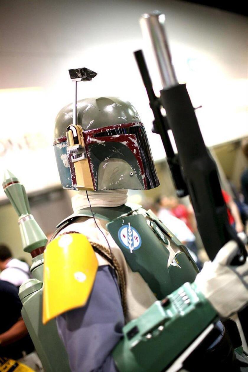 Una persona posa con un disfraz hecho con plástico como el personaje Boba Fett de la película La Guerra de las Galaxias en el evento Comic Con en San Diego, California (EEUU). EFE/Archivo
