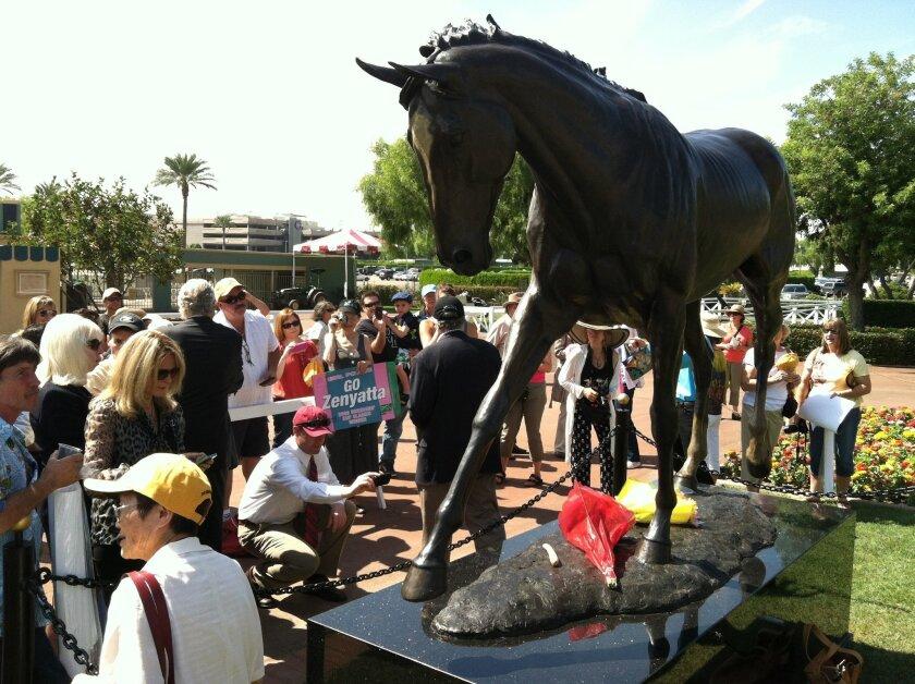 Del Dios' Nina Kaiser's bronze statue of Zenyatta drew nothing but praise when it was unveiled Saturday in the paddock garden of Santa Anita Park.