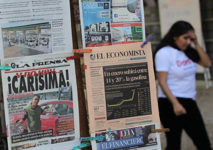 Vista de periódicos nacionales con encabezados de la alza de la gasolina en Ciudad de México. El aumento en el precio de las gasolinas en México de entre un 14 % y un 20 % en enero de 2017 repercutirá en la inflación del próximo año, que se situará por arriba del 4 % con picos de hasta el 5 % y muy lejos del objetivo del Banco de México, dijeron expertos a Efe. EFE/Mario Guzmán