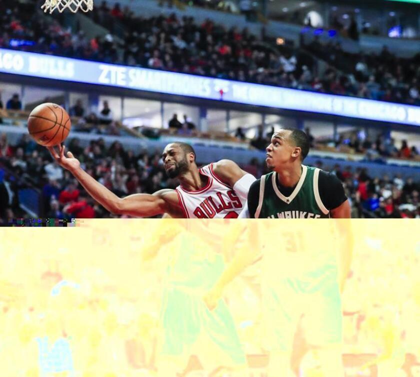 Dwyane Wade (c), de los Chicago Bulls, durante el partido del pasado sábado frente a los Milwaukee Bucks. EFE