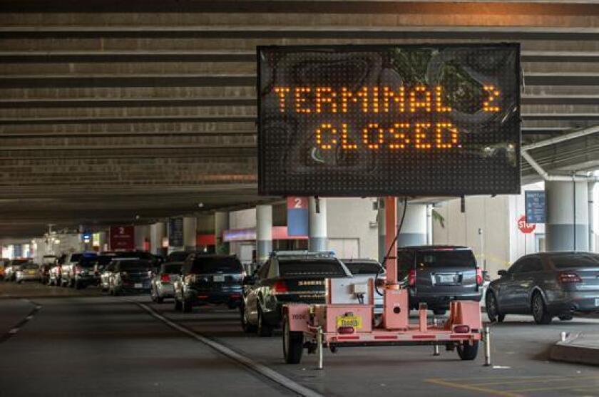 Exterior de la terminal 2 del aeropuerto de Fort Lauderdale hoy, sábado 7 de enero de 2017, donde se presentó un tiroteo que dejó 5 personas muertas en Fort Lauderdale (EE.UU.). El autor del ataque en el aeropuerto en el sur de Florida, aterrizó en este aeródromo con la intención de desatar el tiroteo, según señalaron hoy las autoridades federales. EFE/GIORGIO VIERA