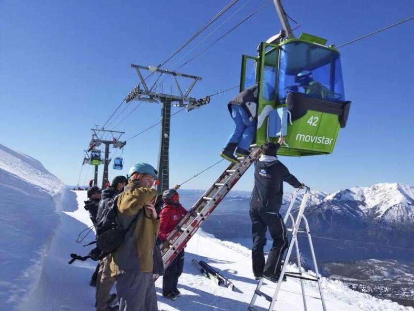 Evacuan a 250 personas de un teleférico en una pista de esquí de Argentina