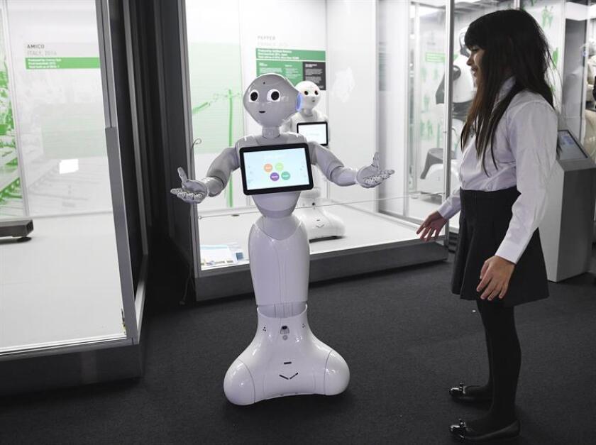 """Vista del robot social francés-japonés """"Pepper"""", que interactúa con las personas. EFE/Archivo"""