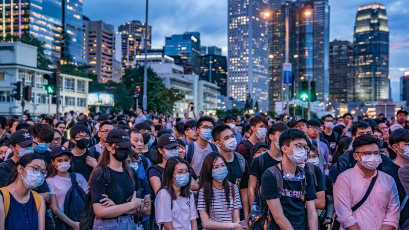 """ODGOVOR NA KINESKI ZAKON: Britanija razmatra """"put ka državljanstvu"""" za 3 miliona stanovnika Hong Konga"""