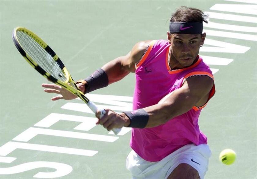 Rafael Nadal de España en acción frente a Karen Khachanov de Rusia durante su encuentro en el torneo Indian Wells en California, este viernes. EFE