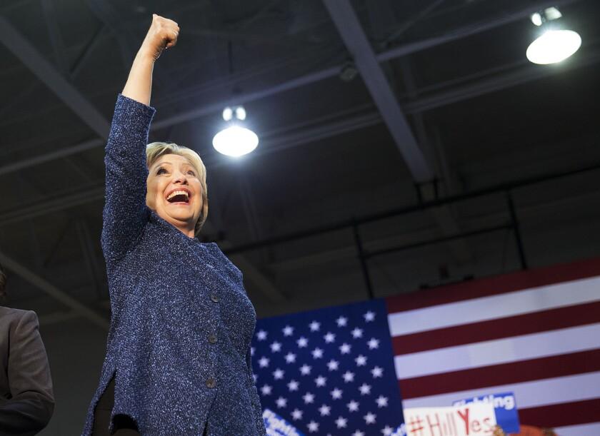 La precandidata presidencial demócrata Hillary Clinton levanta el brazo mientras sube al escenario para un evento de campaña en la Universidad Miles, el sábado 27 de febrero de 2016, en Fairfield, Alabama. (Foto AP/David Goldman)