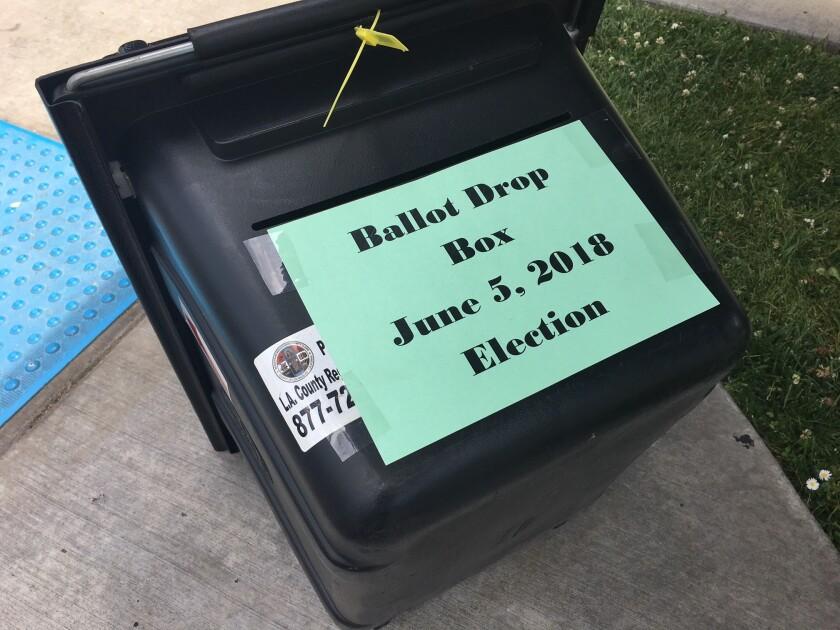 Frente a los centros de votación han instalado urnas para depositar las boletas de aquellos votantes que solo llegan a dejar el sufragio.