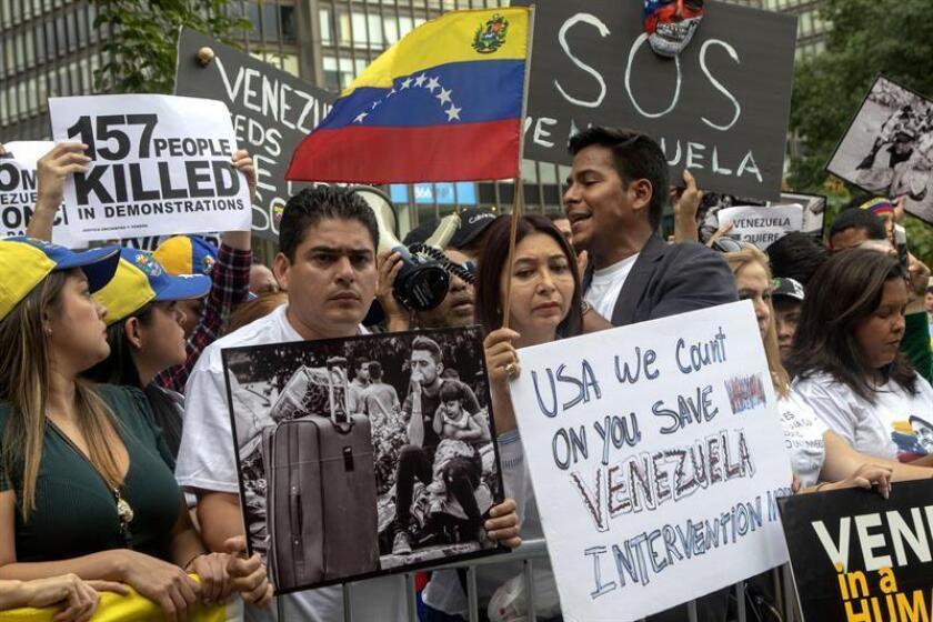 Decenas de venezolanos se manifiestan contra el presidente Nicolás Maduro hoy, jueves 27 de septiembre de 2018, frente a la sede de las Naciones Unidas en Nueva York (EE.UU.), donde se encuentra participando en los debates del 73 periodo de sesiones de la Asamblea General. La embajadora estadounidense ante ONU, Nikki Haley, se unió a esta manifestación. EFE
