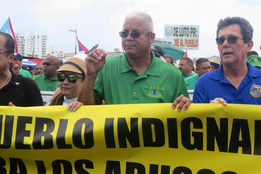 El presidente de la Central Puertorriqueña de Trabajadores, Pedro Irene Maymí (c), y otros sindicalistas durante una protesta en San Juan, Puerto Rico. EFE/Archivo