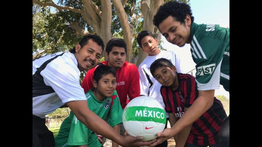 Eduardo Chamú celebra con sus cinco hijos futbolistas elperdón de una orden de deportación.