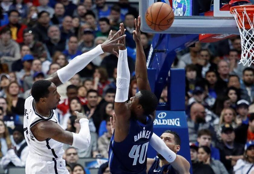 Rondae Holis-Jefferson (i) de Brooklyn Nets en acción ante Harrison Barnes (d) de Dallas Mavericks hoy durante un partido de baloncesto de la NBA entre Dallas Mavericks y Brooklyn Nets en el American Airlines Center de Dallas, Texas (EE. UU.). EFE