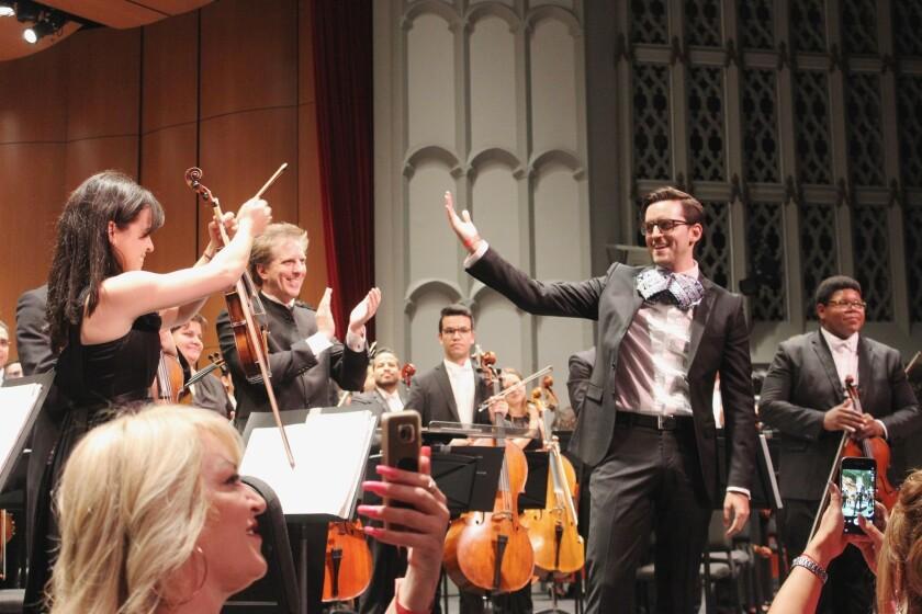 El compositor mexicano radicado en L.A. Juan Pablo Contreras saluda a la violinista venezolana Angelica Olivo y al director Parisotto.
