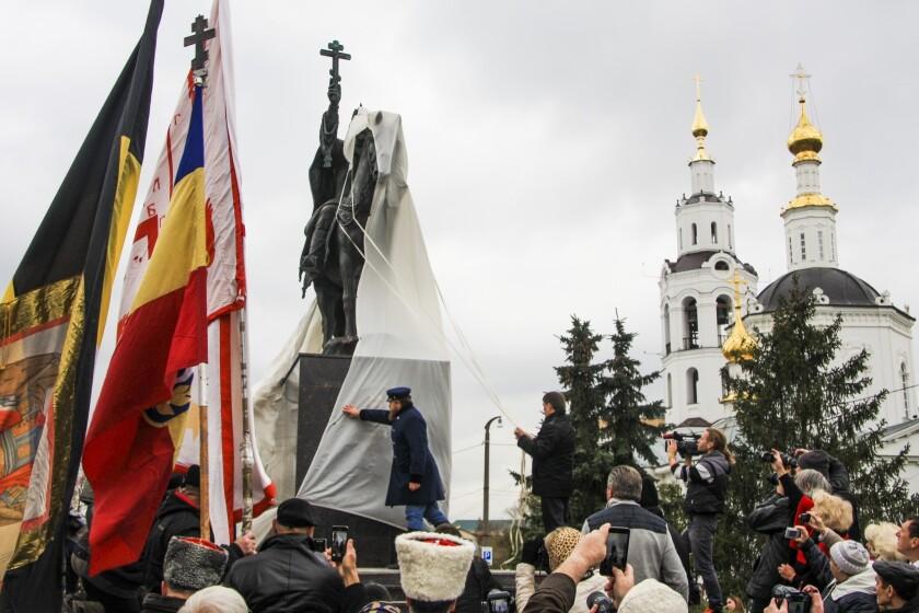 Develan una estatua del zar Iván el terrible en Orel, a 350 kilómetros al sur de Moscú el 14 de octubre del 2016. (AP Photo/Howard Amos)