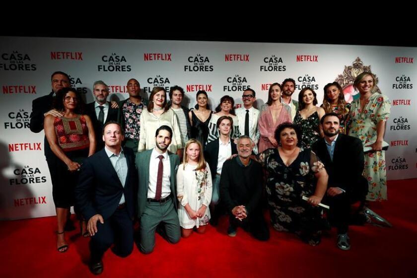 """Los integrantes de la nueva serie de Netflix """"La Casa de las Flores"""" posan en la alfombra roja de la presentación de la producción en Ciudad de México (México). EFE/Archivo"""