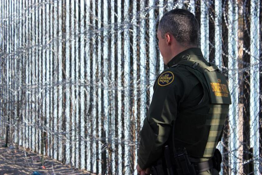 Un agente de la Patrulla Fronteriza vigila junto a la valla en la frontera que separa a San Diego (EE.UU.) y Tijuana (México). EFE/Archivo