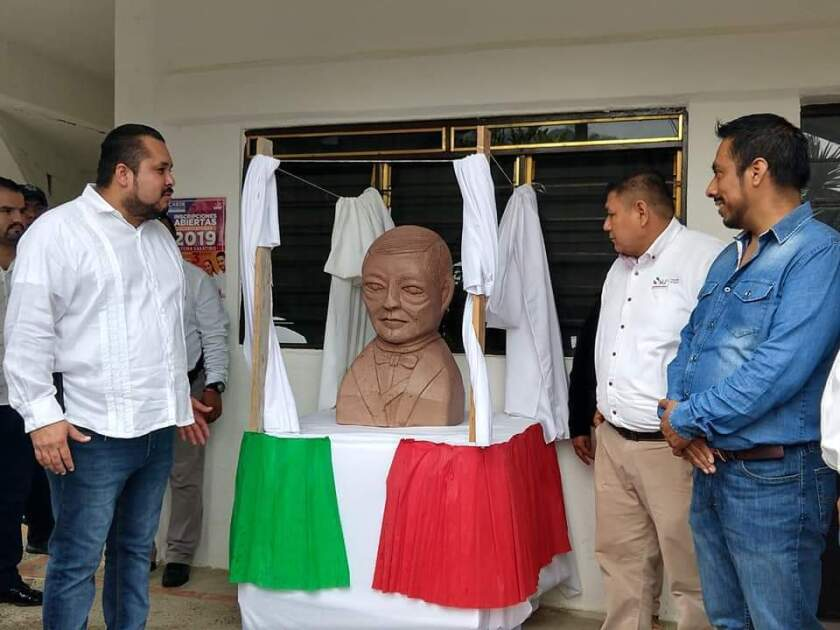 """El edil de la demarcación, Edyuenary Gregorio Castillo Hernández """"Yony"""" o """"El Ja'ub"""", fue el encargado de develar el busto en honor al vigésimo séptimo expresidente de origen indígena zapoteca."""