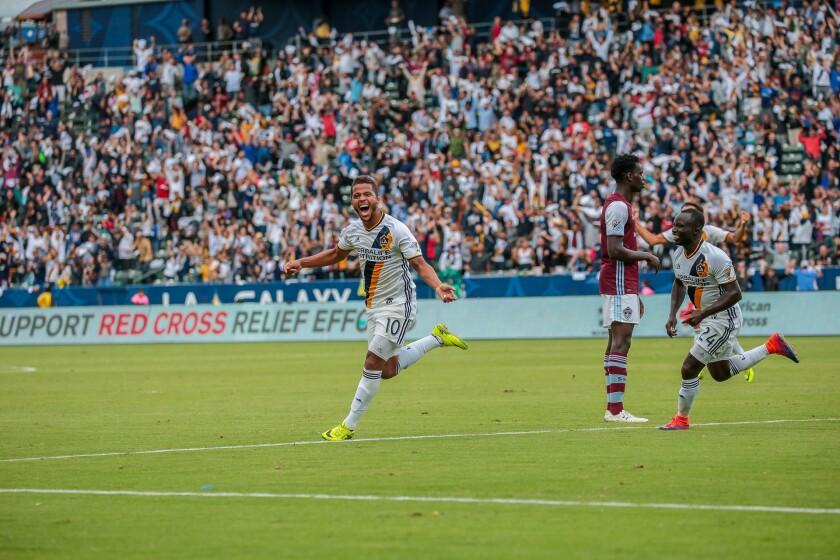 Gio celebra su gol ante Colorado.
