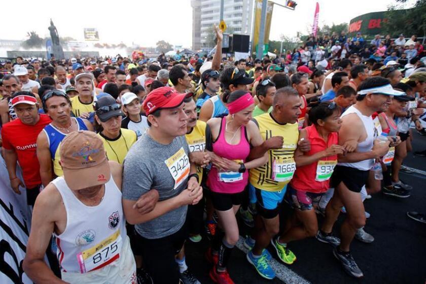 Participantes del Maratón Internacional de Guadalajara recorren el puente Atirantado Jorge Matute Ramus en Guadalajara (México). EFE/Archivo