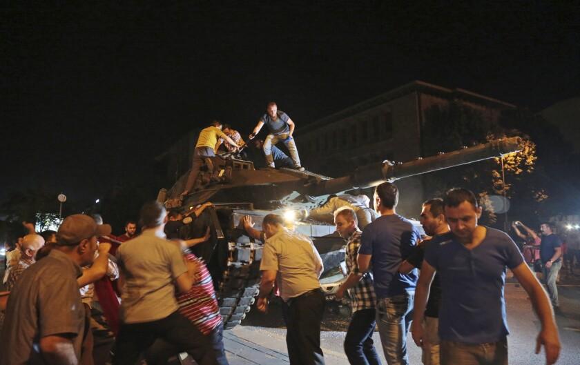 Un tanque avanza hacia un aposicion mientras civiles turcos intentan detenerlo en Ankara Turquía, la noche del viernes 15 de julio de 2016. Miembros de las fuerzas militares de Turquía dijeron que habían tomado el control del país, pero funcionarios turcos señalaron que el intento de golpe fue frustrado a primeras horas del sábado tras una noche de violencia, según la prensa estatal. (AP Foto/Burhan Ozbilici)