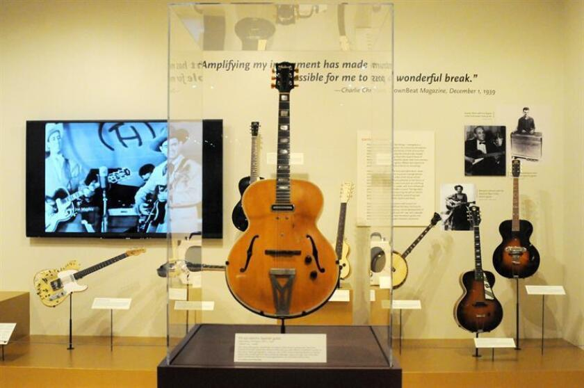 """Fotografía del 7 de noviembre de 2018, donde aparece la guitarra Gibson ES-250 (1940) del reconocido pionero de la guitarra eléctrica de jazz, Charlie Christian, expuesta en la muestra """"La guitarra eléctrica: inventando un icono estadounidense"""" en el Museo de Instrumentos Musicales (MIM) en Phoenix, Arizona (Estados Unidos). EFE"""
