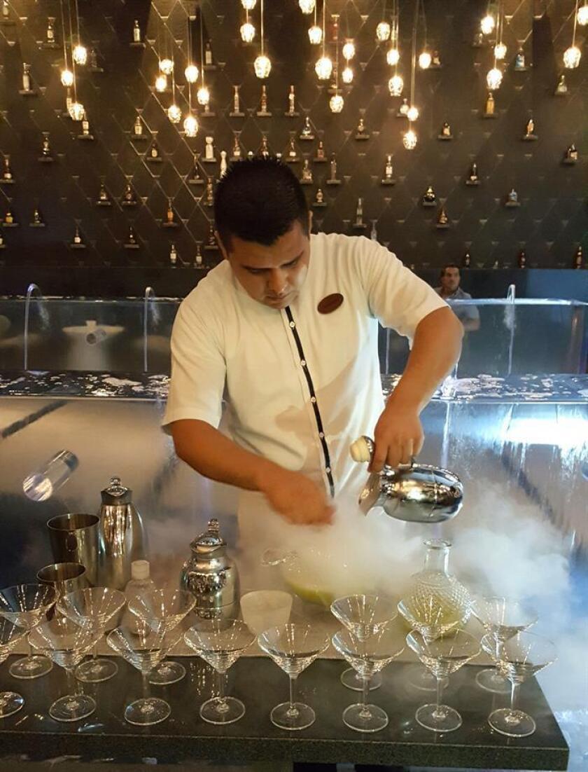 Un chef prepara el sorbete con nitrógeno liquido en el restaurante HA' del chef mexicano Carlos Gaytán tras una entrevista en su restaurante HA' el pasado miércoles, 27 de junio de 2018, en Riviera Maya, en el estado de Quintana Roo (México). EFE
