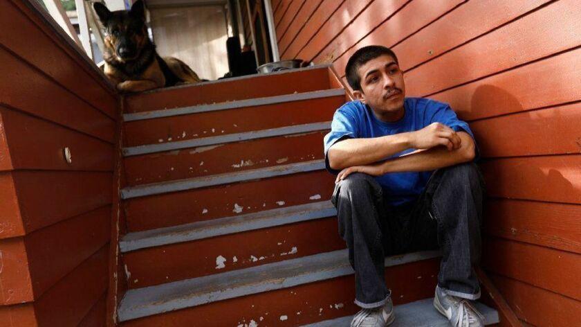 Peter Arellano, de 22 años, dice que nunca formó parte de una pandilla, pero que fue sometido a un mandato judicial contra las pandillas de Echo Park junto con su padre, hasta que fue removido el año pasado como parte de una demanda de la Unión de Libertades Civiles de Estados Unidos. (Genaro Molina / Los Angeles Times)