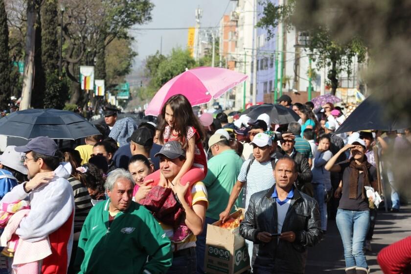Miles de personas esperaron horas sobre la calzada de Guadalupe para ver pasar al Papa Francisco.