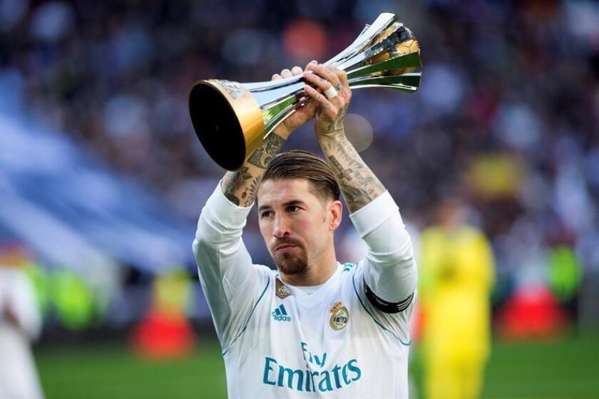 El capitan del Real Madrid, Sergio Ramos, muestra al público el trofeo del Mundial de Clubes 2017 de la FIFA que conquistaron en Abu Dabi, el año pasado. EFE/Archivo