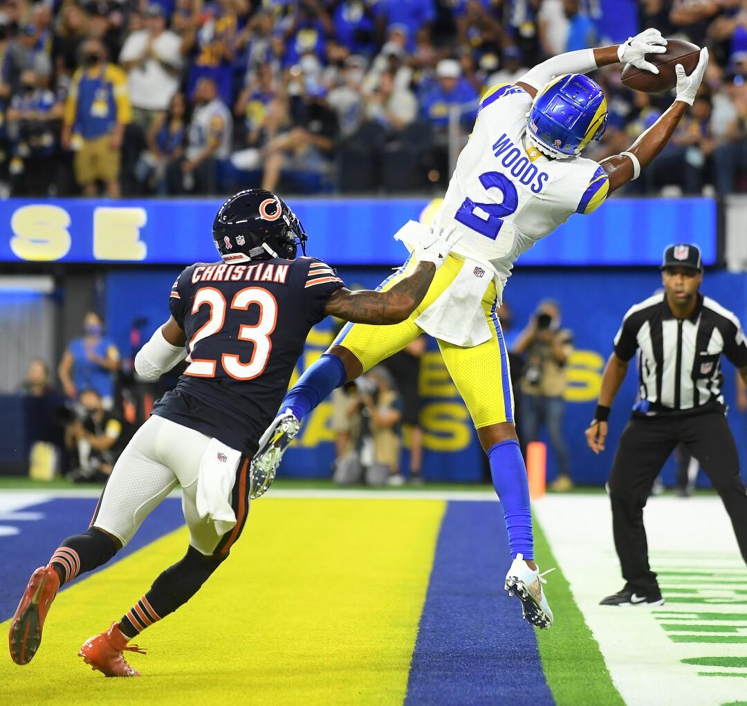Le receveur des Rams de Los Angeles, Robert Woods, attrape une passe de touché devant le demi défensif des Bears de Chicago Marqui Christian