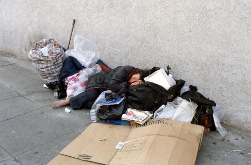 Foto de archivo del 2 de diciembre de 2004 de una mujer durmiendo en una calle de Los Ángeles, California (EEUU). EFE/Alfredo Falvo/Archivo