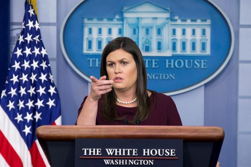 La secretaria de prensa de la Casa Blanca, Sarah Huckabee Sanders, habla con los medios en la Sala de Prensa James Brady de la Casa Blanca, en Washington, DC (EE.UU.). EFE