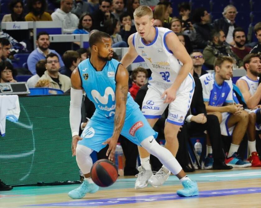El base del Estudiantes Omar Cook (i) controla la pelota ante la presión de Jaramaz, base del San Pablo Burgos, durante el partido de la úndecima jornada de fase regular de la liga ACB de baloncesto disputado en el Palacio de los Deportes de Madrid. EFE