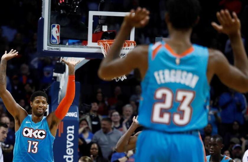 El alero Paul George (i) de Oklahoma City Thunder reacciona tras encestar durante un partido de baloncesto de la NBA esta semana. EFE
