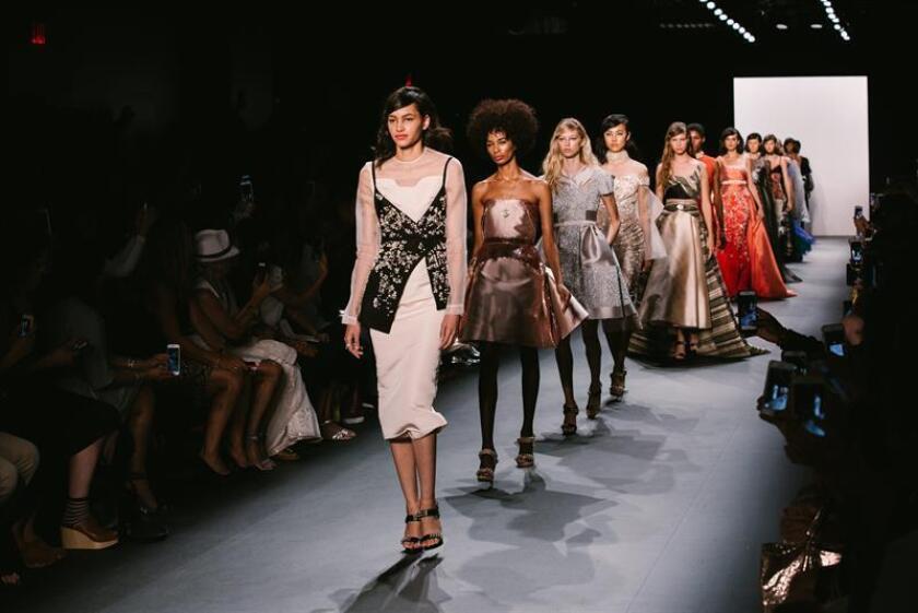 La Semana de la Moda de Nueva York arranca este jueves con un fuerte carácter reivindicativo, ya que decenas de diseñadores utilizarán los desfiles como escaparate para lanzar mensajes a favor de la diversidad y los derechos de las mujeres. EFE/ARCHIVO