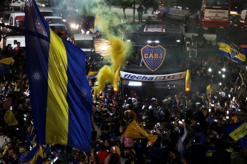 """El bus que transporta a los jugadores del Boca Juniors es recibido por aficionados que se reúnen para despedir al equipo en el denominado """"banderazo"""" en las inmediaciones del estadio 'La Bombonera' en Buenos Aires (Argentina). EFE"""